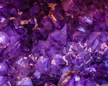 Fioletowe kamienie szlachetne